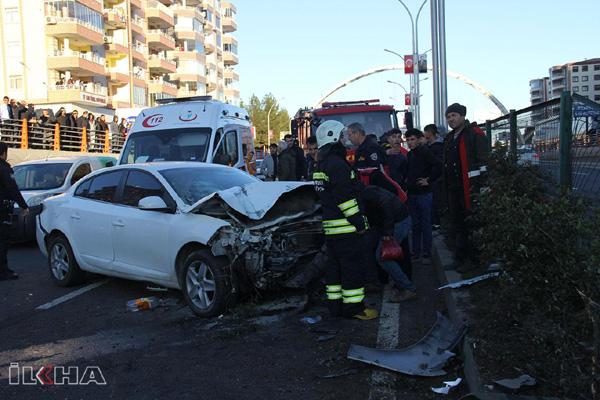 VİDEO HABER – Otomobil aydınlatma direğine çarptı: 2 yaralı