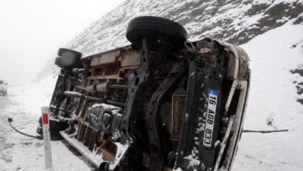 Ergani'de minibüs devrildi: 4 yaralı