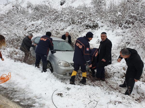 Şarampole sürüklenen aracı AFAD kurtardı