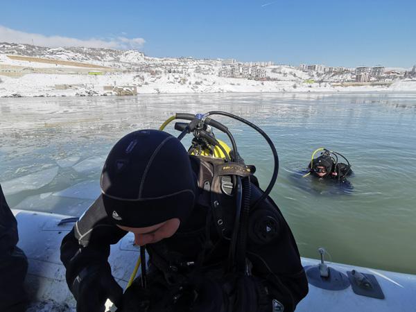Kayıp Gülistan'ı buz tutan baraj gölünde aradılar