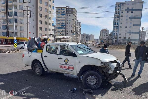 Belediye ilaçlama aracı ile otomobil çarpıştı: 5 yaralı