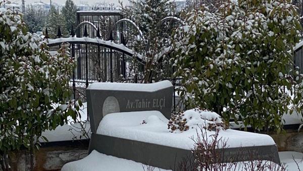 Eşi Tahir Elçi'nin mezarını ziyaret etti