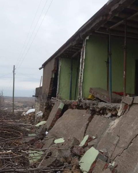 Deprem sonrası çatlaklıkların oluştuğu ev yıkıldı