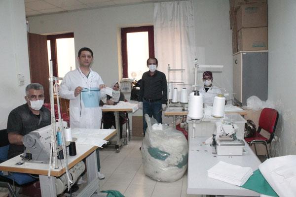 Hastane, çalışanları için maske üretiyorlar!