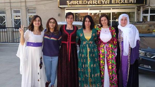 Meclis toplantısına yöresel kıyafetleriyle katıldılar
