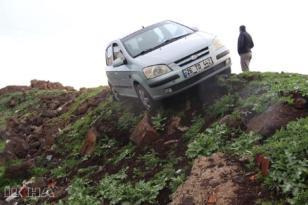 VİDEO HABER – Sürücüsü fenalaşan otomobil yoldan çıktı