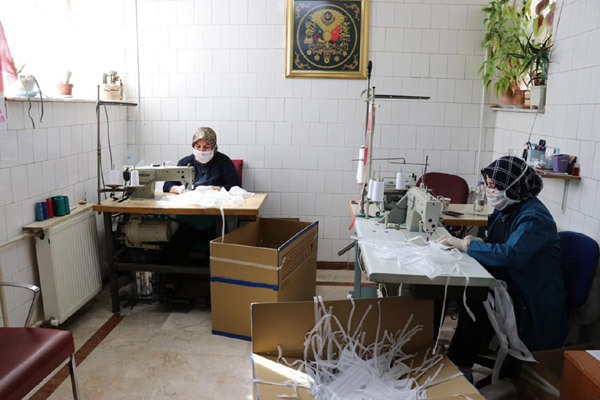 VİDEO HABER – Hasta refakatçisi gönüllü olarak maske üretimine destek veriyor