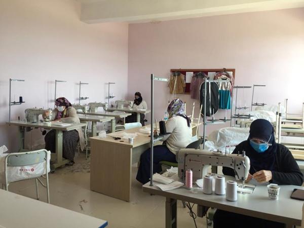 Dicle HEM'de gönüllü kadınlar maske üretiyor