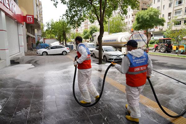 Cadde ve kaldırımlar tazyikli suyla yıkanıyor
