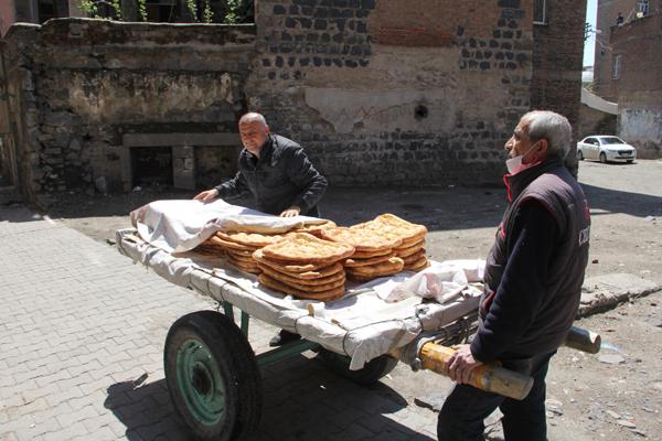 Çekçek araçları ile ekmek servisi yapıyorlar