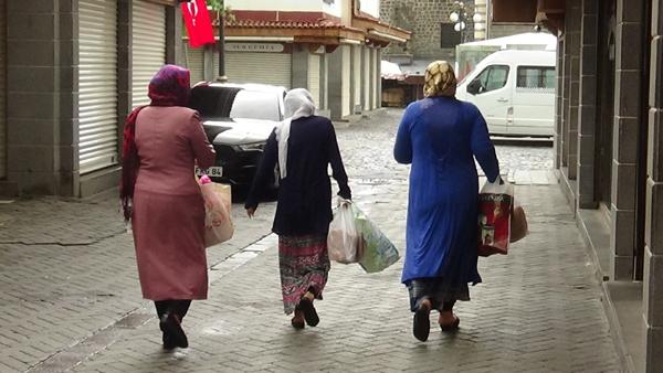 Diyarbakır'da askıda pide kampanyasını sürdürüyor