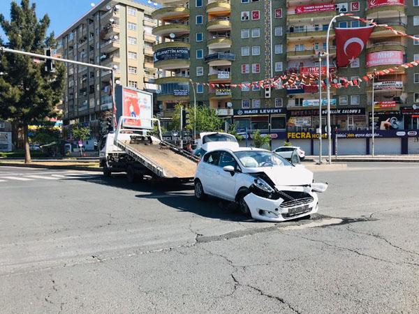 Boş caddede kaza yaptılar