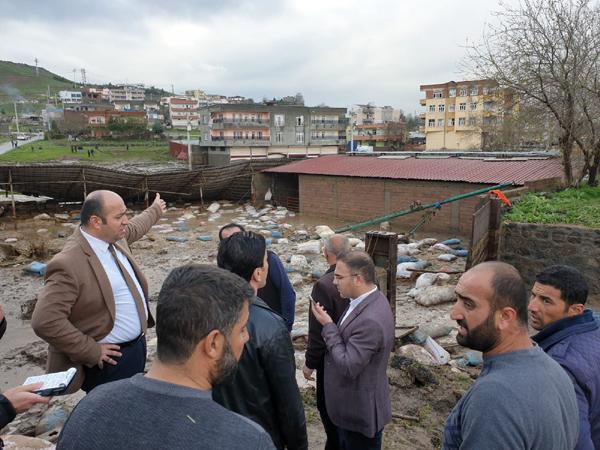 Sur'da ahır ve evleri su bastı