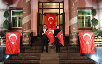 Güzeloğlu ay yıldızlı bayraklar eşliğinde İstiklal Marşını okudu
