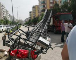 Bayrak asan işçiler yere düştü: 2 yaralı