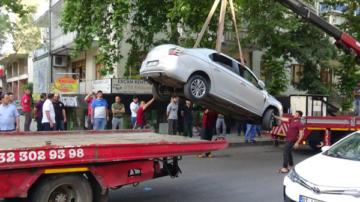 Hızla sokağa giren araç faciaya sebep oluyordu