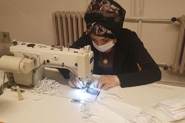 VİDEO HABER – Gündüz tarlada çalışıp akşam maske üretiyorlar!