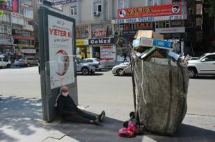 Yaşlı mültecinin ağır yükü!