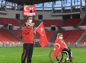 Vali Güzeloğlu 19 Mayısı İstiklal Marşı okuyarak kutladı