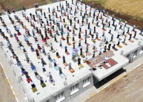 Cami çatısında cuma namazı