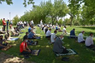 VİDEO HABER – Cami ve parklarda sosyal mesafeli Cuma Namazı
