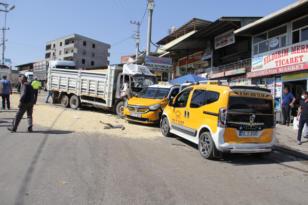 Freni patlayan kamyonet 3 aracı biçti