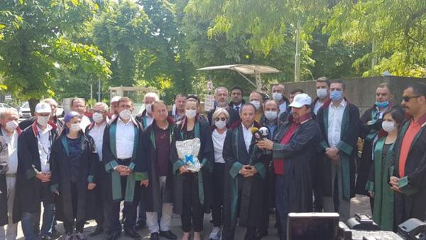 Baro başkanları hukukçu vekillere cübbe gönderdi