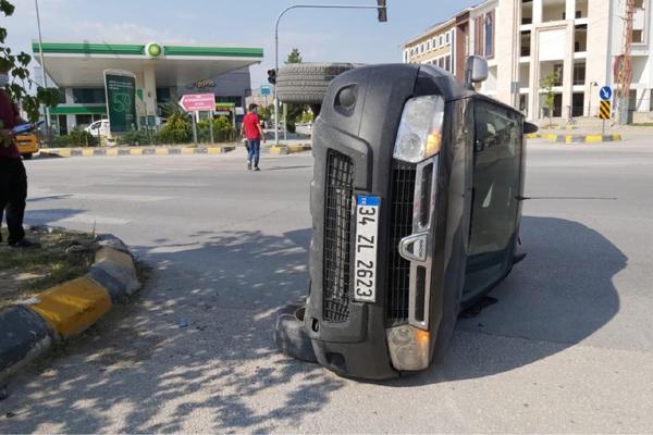 VİDEO HABER – Hızını alamayan araç kaldırıma çarparak yan yattı