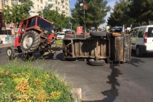 VİDEO HABER – Refüje çarpan çöp aracı devrildi