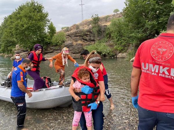 Yükselen suda mahsur kalan vatandaşlar kurtarıldı