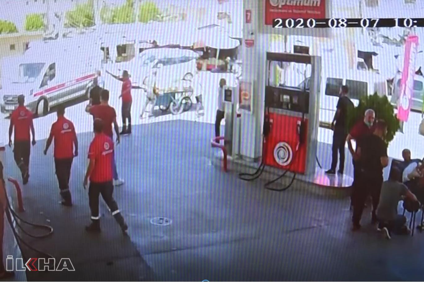 VİDEO HABER – Polisin bıçaklı saldırıya uğradığı anlar güvenlik kamerasına yansıdı