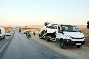 VİDEO HABER – Kamyonet ile otomobil çarpıştı: Bir ölü, 4 yaralı