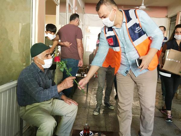 AFAD gönüllülerinden sosyal mesafe ve maske uyarısı