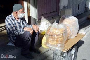 VİDEO HABER – Tandır ekmeği satarak geçimini sağlıyor