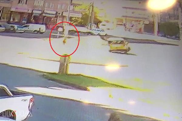 VİDEO HABER – Yol kenarında ilerleyen çocuk, kazadan kıl payı kurtuldu
