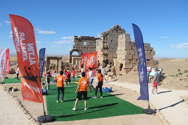 3 bin yıllık Zerzevan Kalesi'nde ayak tenisi
