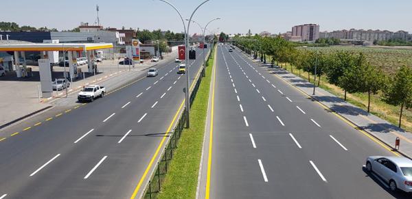Asfaltlanan yollar kurumadan yol çizgileri çiziliyor
