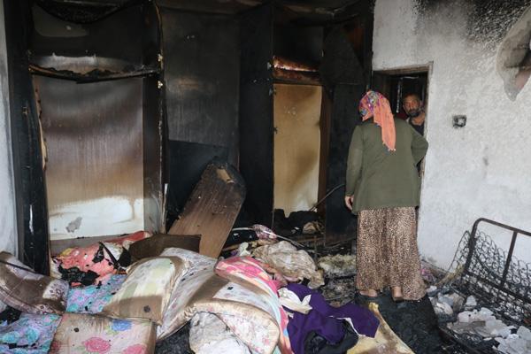 Evleri yanan aileye yardımseverler sahip çıktı