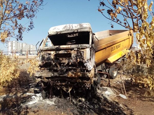 Buğday pazarının bahçesine giren tırın enkazı 3 gündür kaldırılmadı