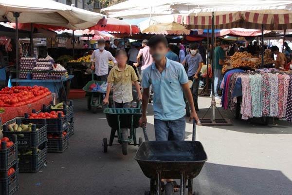 Çocuklar pazarlarda ağır yük taşıyor