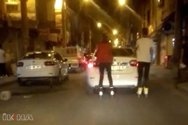 VİDEO HABER – Patenli gençler, yokuşu arabaya tutunarak çıktı