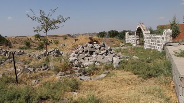 'Tescilli yapılar tahrip edilerek taşları satılıyor!